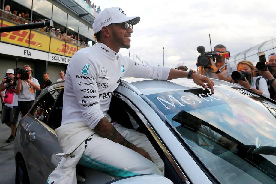 Lewis Hamilton da Mercedes sai comemorando após conquistar o 1º lugar na largada de amanhã - 25/03/2017