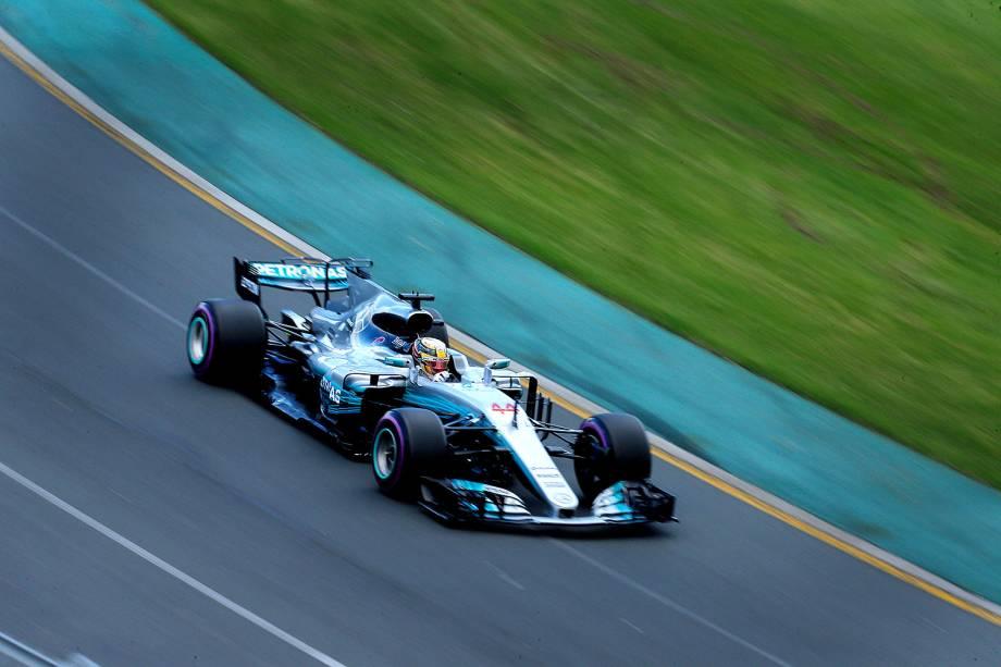 Lewis Hamilton, que compete pela Mercedes, durante o último treino que o classificou como o 1º no grid de largada de amanhã - 25/03/2017