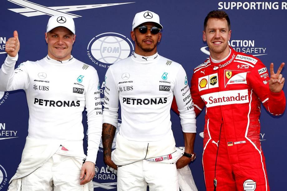 Os primeiros no grid de largada amanhã serão Lewis Hamilton (C), com a 1ª posição, Sebastian Vettel (D) em 2º e Valtteri Bottas (E) em 3º lugar