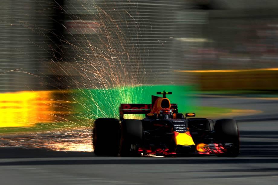 O carro de Max Verstappen, da Red Bull Racing, solta faíscas durante o último treino para o Grand Prix de amanhã em Albert Park, em Melbourne, Austrália - 25/03/2017