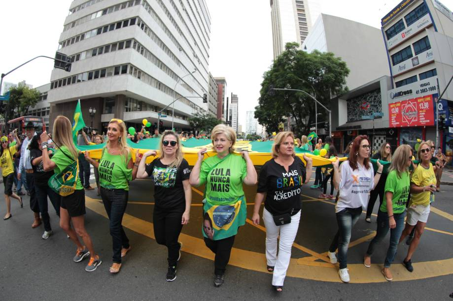 """Manifestantes em Curitiba saem as ruas no protesto organizado pelo """"Movimento Brasil Livre"""" (MBL) e """"Vem Pra Rua"""""""