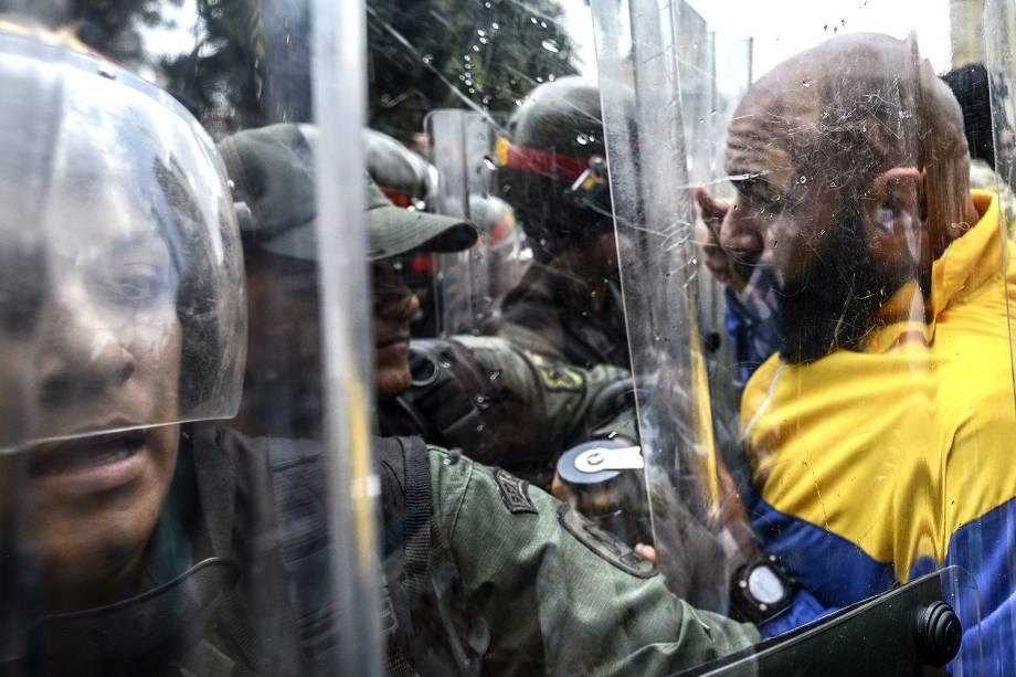 O deputado da oposição venezuelana, Carlos Bozo, no protesto contra a decisão da Suprema Corte de assumir as funções legislativas do Congresso - 30/03/2017
