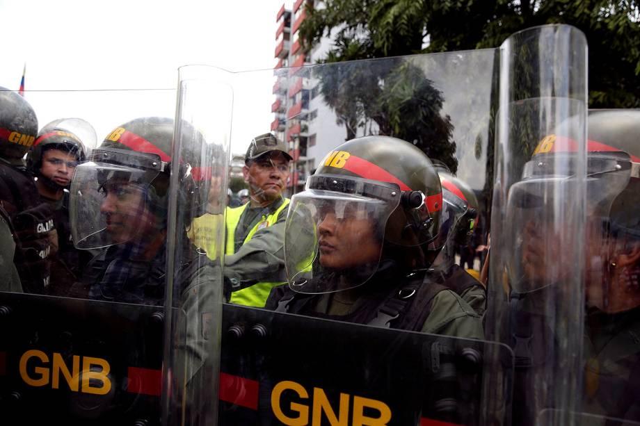 Soldados da Guarda Nacional no protesto contra a decisão da Suprema Corte de assumir as funções legislativas do Congresso - 30/03/2017