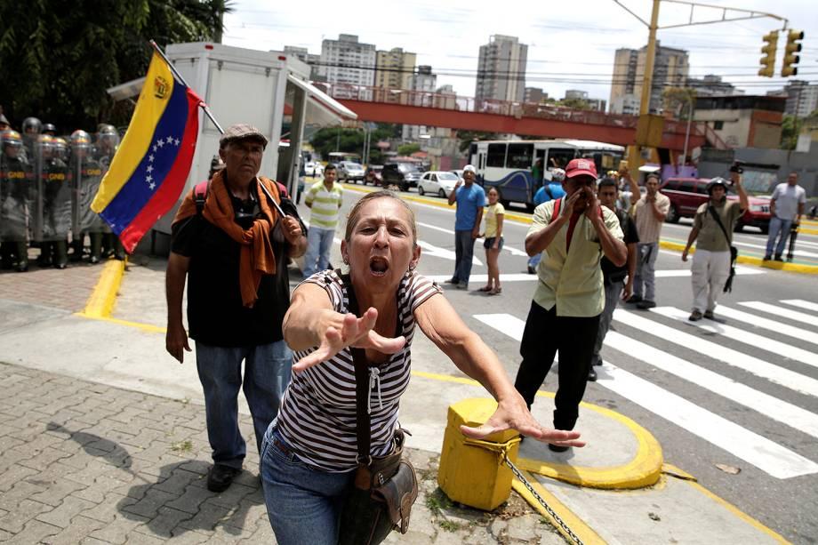 """Apoiadora do governo de Maduro grita """"slogans"""" de campanha para confrontar os manifestantes durante protesto contra a decisão da Suprema Corte de assumir o Congresso - 30/03/2017"""