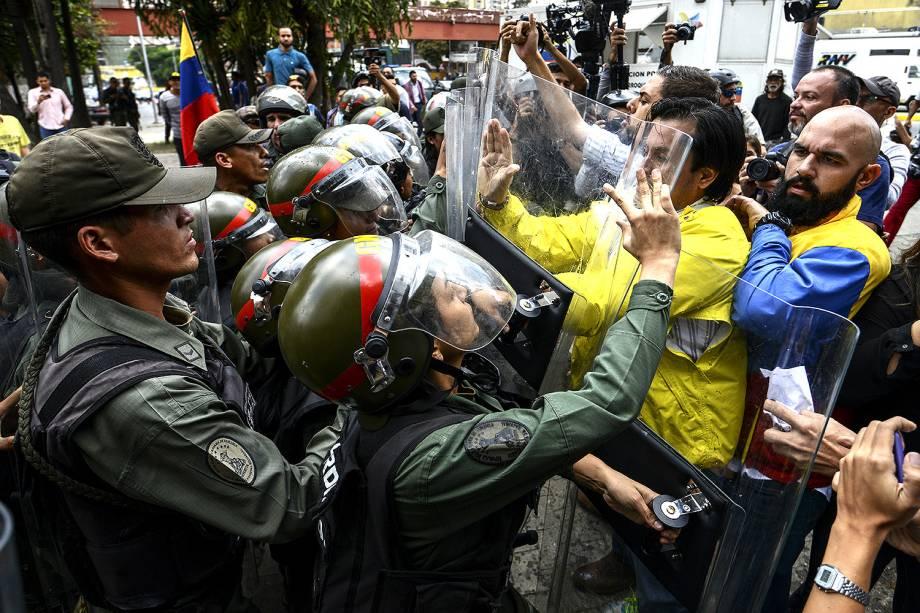 Os deputados da oposição venezuelana, Carlos Paparoni e Carlos Bozo, no protesto contra a decisão da Suprema Corte de assumir as funções legislativas do Congresso - 30/03/2017
