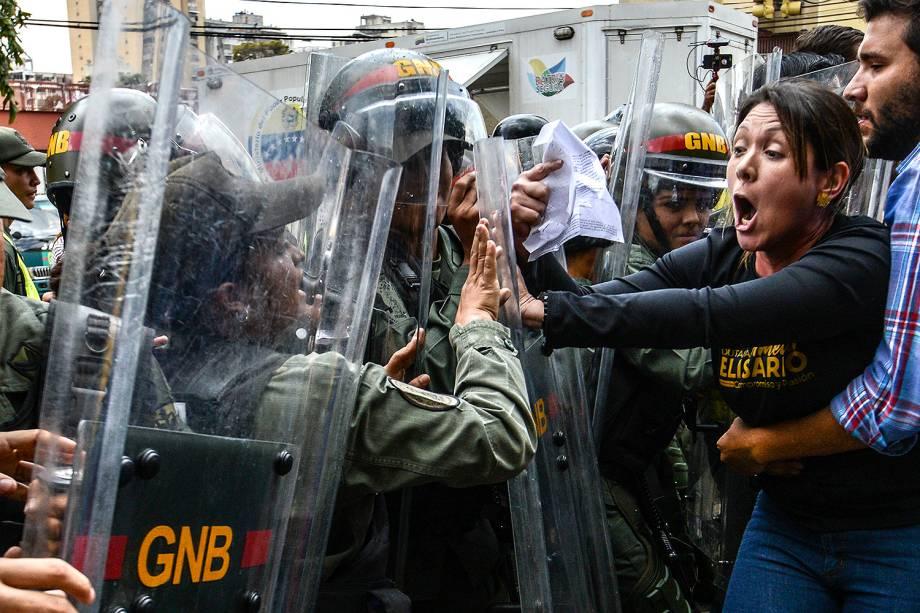 A deputada da oposição venezuelana, Amélia Belisario, no protesto contra a decisão da Suprema Corte de assumir as funções legislativas do Congresso - 30/03/2017