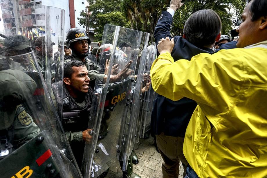 Deputados da oposição venezuelana em confronto com a Guarda Nacional, durante protesto contra a decisão da Suprema Corte de assumir as funções legislativas do Congresso - 30/03/2017