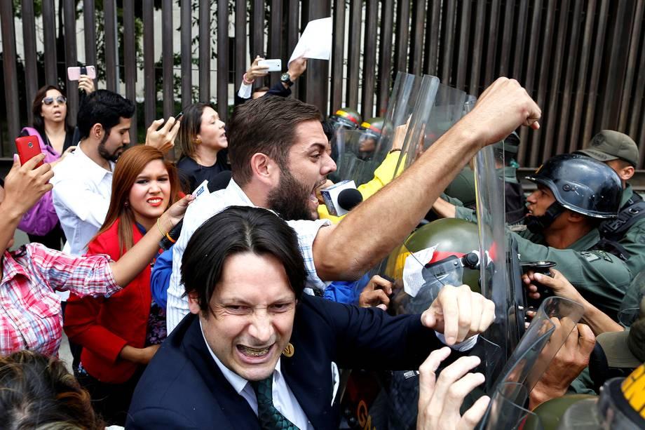 Deputados da coalizão venezuelana de partidos da oposição (MUD) em confronto com a Guarda Nacional durante protesto na Corte Suprema de Justiça, em Caracas, Venezuela - 30/03/2017