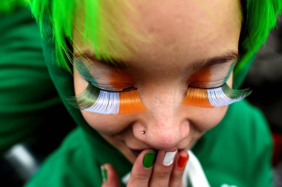 Mulher usa as cores da bandeira da Irlanda durante a Parada de São Patrício em Dublin, Irlanda, país fundado pelo santo e de forte tradição católica - 17/03/2017
