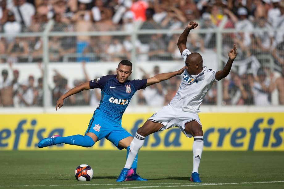 O atacante Léo Jabá do Corinthians divide jogada com o lateral Jeferson da Ponte Preta