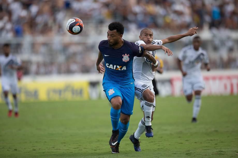 O atacante Kazim do Corinthians disputa jogada com o lateral Nino Paraíba da Ponte Preta