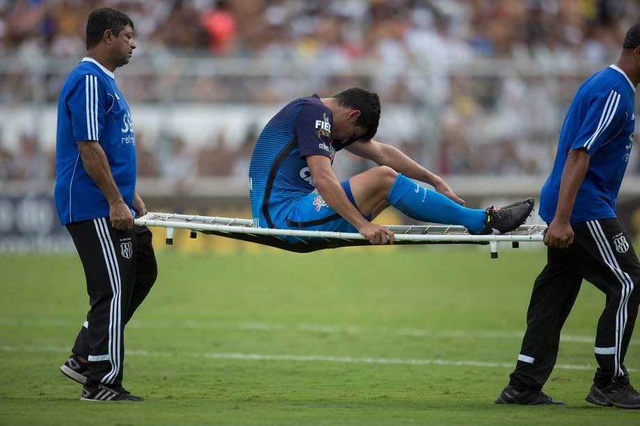 O zagueiro Balbuena do Corinthians deixa o campo lesionado na partida contra a Ponte Preta em Campinas