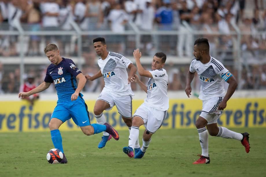 O meia Marlone do Corinthians passa pela marcação da Ponte Preta