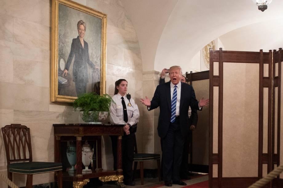 O presidente dos Estados Unidos, Donald Trump, surpreende visitantes durante a reabertura oficial de passeios públicos na Casa Branca, em Washington - 07/03/2017