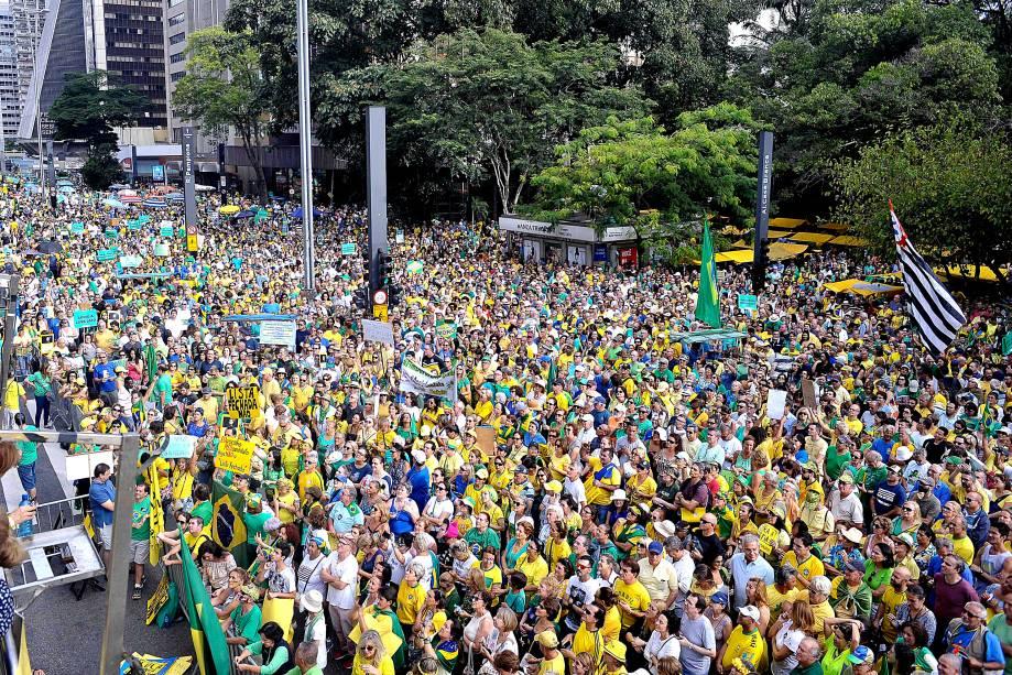 """Movimentos """"Vem Pra Rua"""" e  MBL (Movimento Brasil Livre) organizaram neste domingo protestos pelo Brasil em apoio a Operação Lava-Jato e contra a corrupção. Em São Paulo, a concentração foi na Avenida Paulista"""