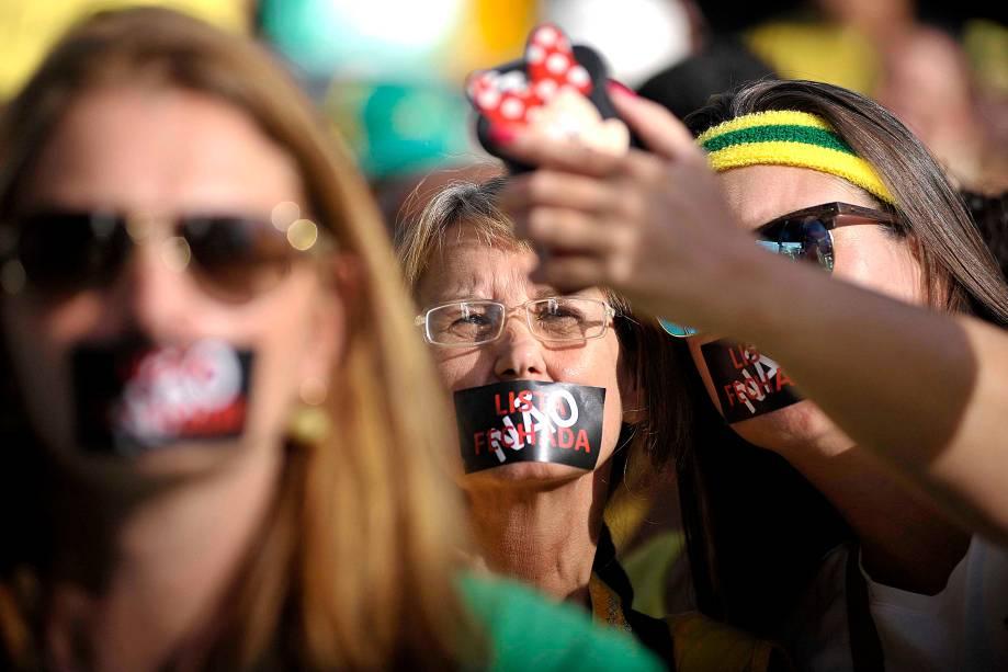 """Na Avenida Paulista, duas manifestantes tiram """"selfie"""" durante um dos protestos organizados pelos movimentos """"Vem Pra Rua"""" e  MBL (Movimento Brasil Livre), que aconteceram neste domingo pelo Brasil"""