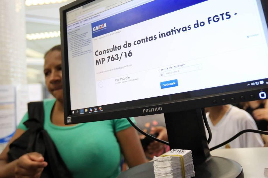 Pessoas comparecem a agência da Caixa Econômica Federal, em São Paulo, para saque do FGTS
