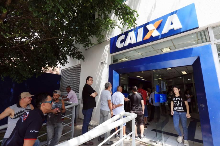 Fila em frente à agência da Caixa Econômica Federal, em São Paulo