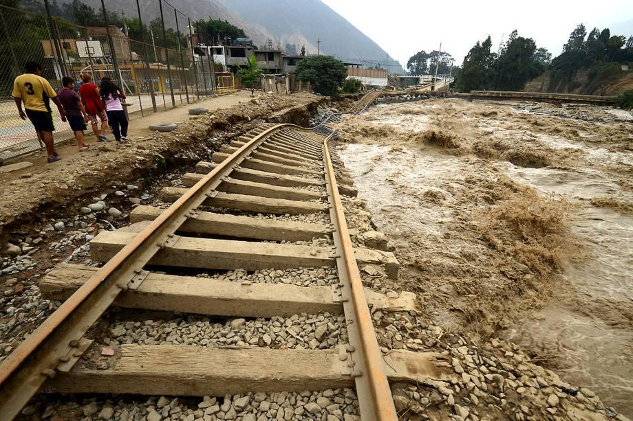 """Trilhos de trem ficam danificados pelas enchestes e deslizamentos de terra em Lima, no Peru, com a passagem do fenômeno """"el niño costero""""- 18/03/2017"""