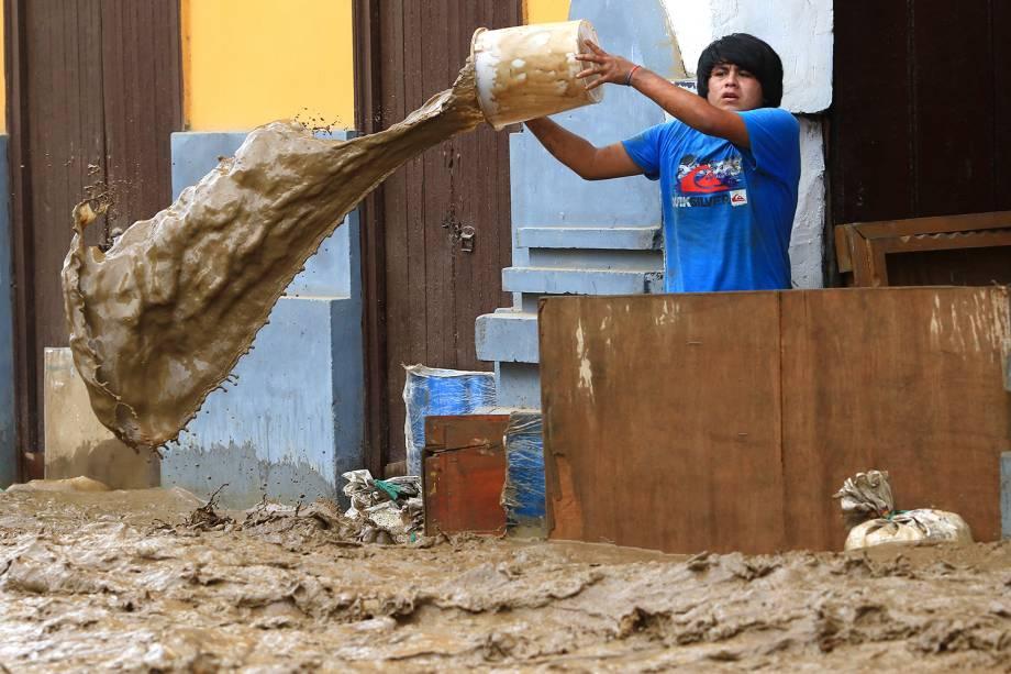 Morador de Trujillo, tira água e lama de dentro de sua casa. Dezenas demortes foram confirmadas devido às enchentes e deslizamentos de terra - 18/03/2017