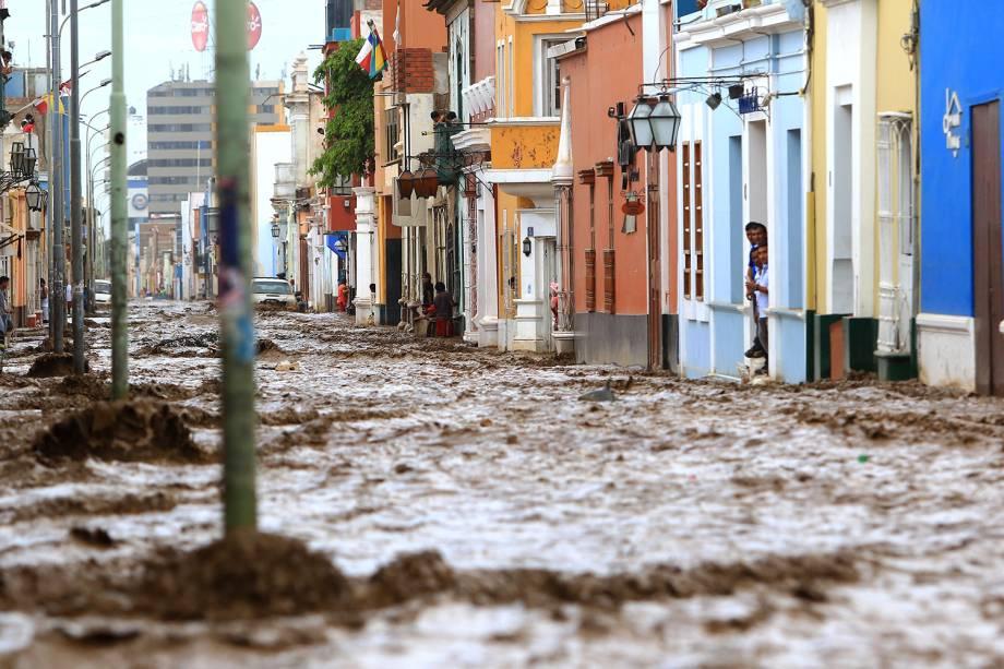 """Enchente atinge a cidade de Trujillo, no Peru. Causadas pelo fenômeno """"el niño costero"""", enchentes e deslizamentos deixaram dezenas de mortos e desabrigados - 18/03/2017"""