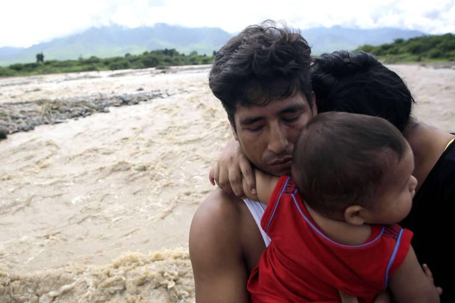 Moradores da cidade de Chiclayo, afetada pelas enchentes e deslizamentos causadas pelo transbordamento do Rio Zana, no Peru- 19/03/2017
