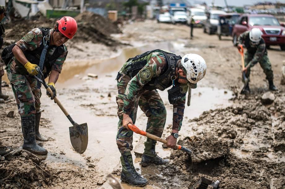 Polícia Nacional do Peru ajuda na limpeza da lama após enchentes e deslizamentos no distrito deHuachipa, em Lima - 19/03/2017