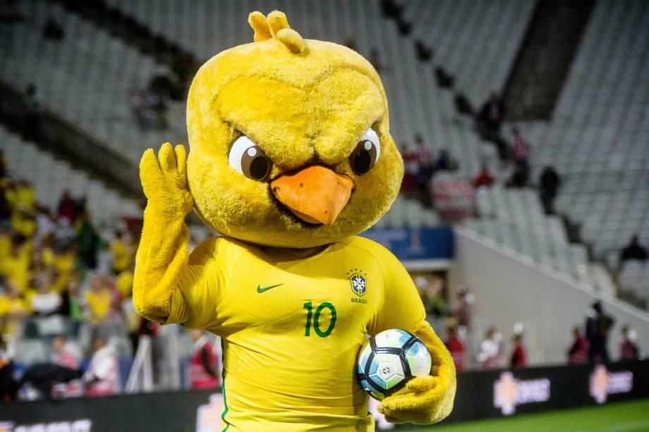 O canarinho invocado, mascote da seleção brasileira fez a alegria dos torcedores distribuindo bolas antes da partida contra o Paraguai