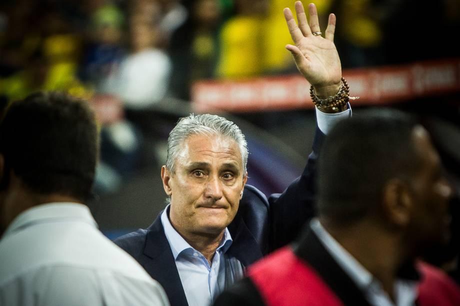 O técnico Tite ficou visivilmente emocionado com os cantos da torcida em sua homenagem antes da partida contra o Paraguai