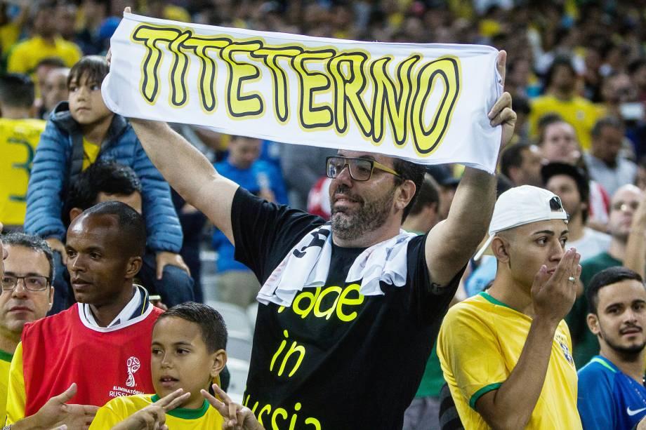 As faixas e cantos em homenagem a Tite se espalharam pela casa do Corinthians, palco da partida entre Brasil e Paraguai