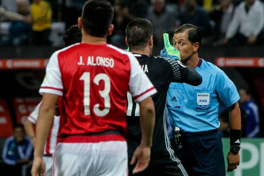 O árbitro peruano Víctor Hugo Carrillo, ficou de olhos arregalados diante das reclamações do goleiro Antony Silva do Paraguai