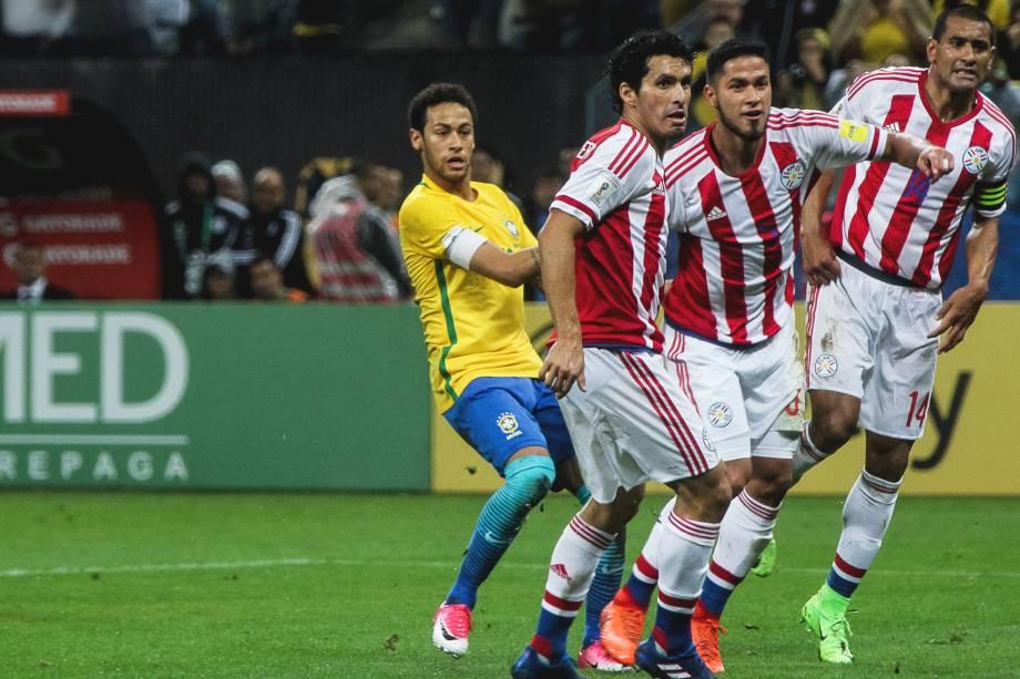 A expectativa do gol: Neymar e a defesa paraguaia aguardam a após chute do brasileiro no segundo gol do Brasil