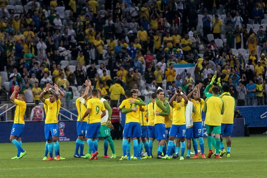 Jogadores da seleção agradecem o apoio da torcida após vitória sobre o Paraguai