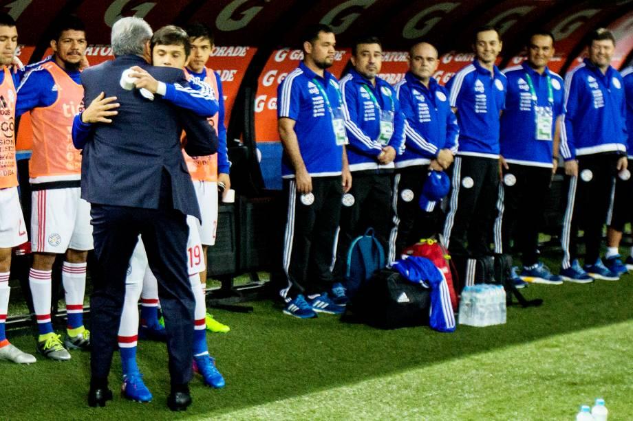 O técnico Tite abraça o paraguaio Angél Romero antes da partida no Itaquerão