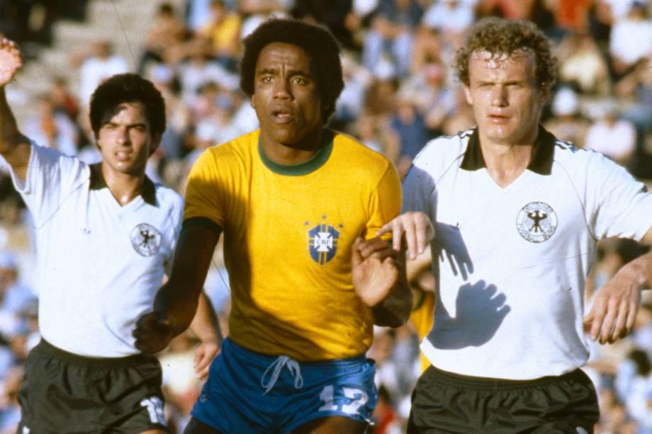 O atacante da seleção brasileira Serginho Chulapa é marcado pelo alemão Hans Peter Briegel durante a vitória por 4 a 1 do Brasil no Mundialito de 1981, no Uruguai