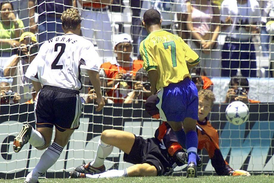 Ronaldinho Gaúcho marca um dos gols da vitória por 4 a 0 do Brasil sobre a Alemanha na Copa das Confederações de 1999, no México. Éa maior goleada brasileira do confronto