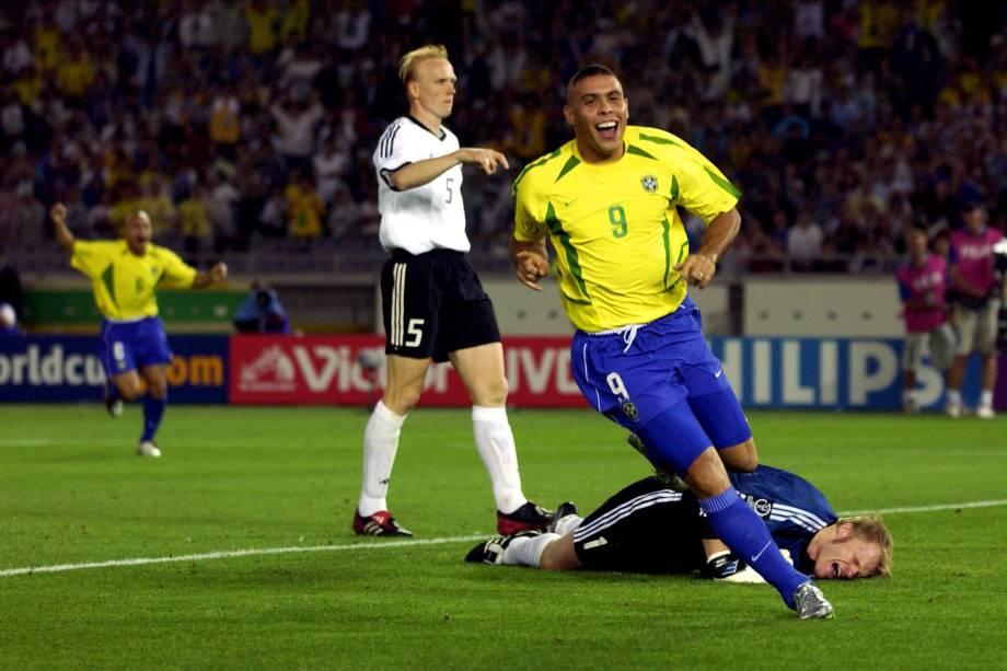 Ronaldo comemora um de seus gols na vitória do Brasil sobre a Alemanha na final da Copa do Mundo de 2002, em Yokohama, no Japão