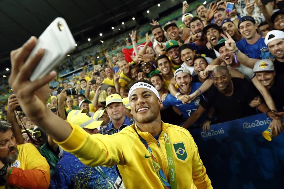 Neymar celebra com a torcida a conquista da medalha de ouro nos Jogos Olímpicos do Rio, em 2016,após vitória nos pênaltis sobrea Alemanha, no Maracanã