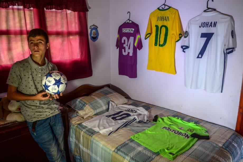 """Johan Ramírez, de 15 anos, conhecido como """"anjo da Chapecoense"""", em seu quarto"""