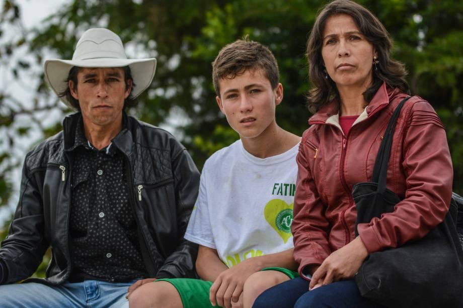 Johan Ramírez, conhecido como 'anjo da Chapecoense', posa com seus pais