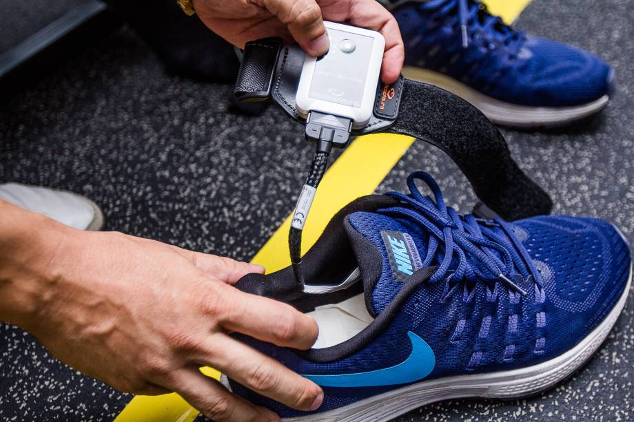 Sensores são colocados nos tênis dos atletas durante os exercícios de recuperação