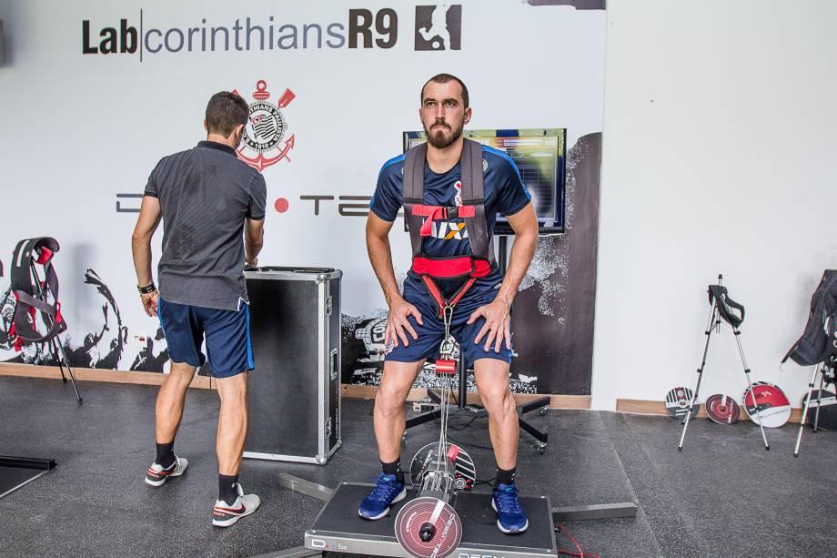 O goleiro Walter realiza trabalho de recuperação no Lab Corinthians R9 no CT Joaquim Grava, Zona Leste de São Paulo