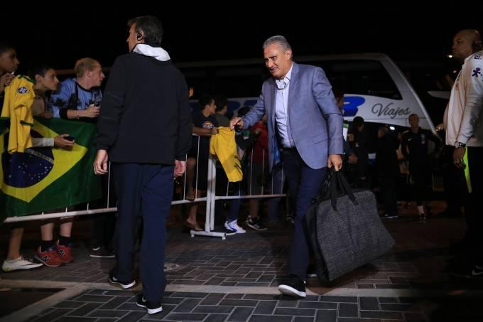 Tite desembarca com a seleção brasileira em Montevidéu, no Uruguai