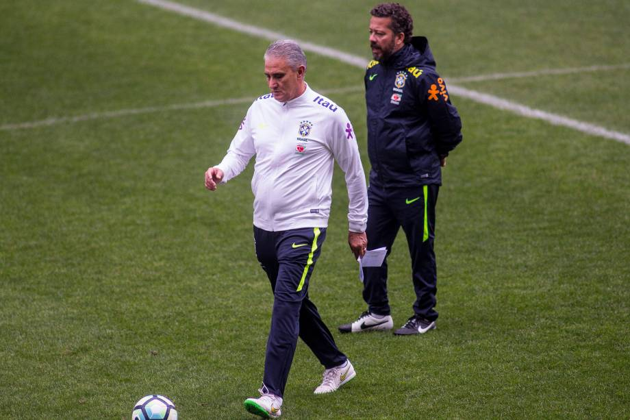 O técnico Tite e seu auxiliar Cleber Xavier durante treino da seleção brasileira no Itaquerão, em São Paulo - 27/03/2017