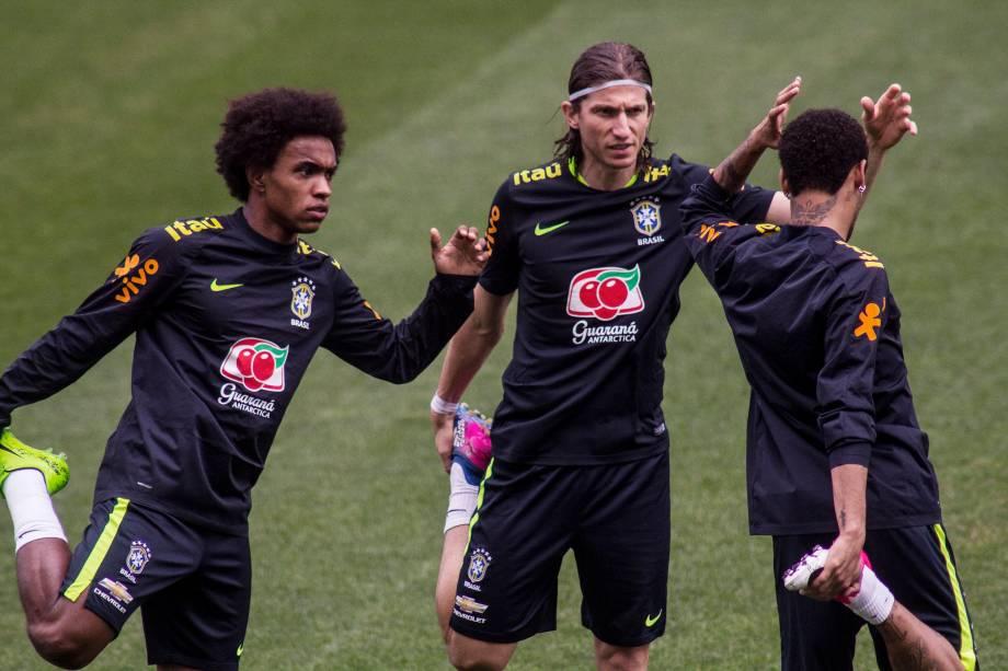 Willian, Filipe Luis e Neymar durante treino da seleção brasileira no Itaquerão