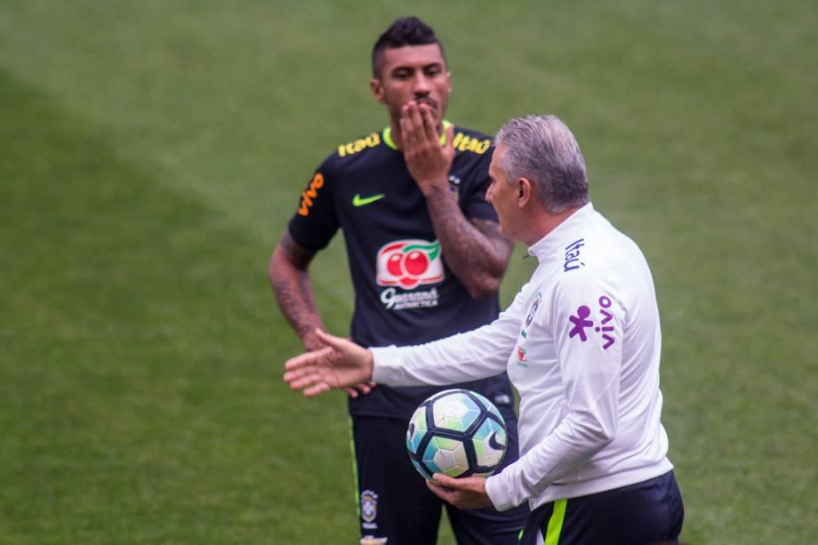 O técnico Tite é o volante Paulinho durante treino da seleção brasileira no Itaquerão, em São Paulo - 27/03/2017