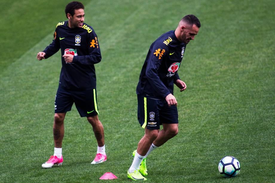Neymar e Renato Augusto durante treino da seleção brasileira no Itaquerão