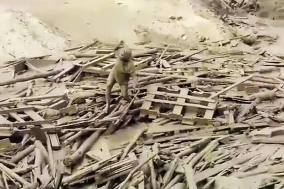 """Evangelina Chamorro emerge de 'rio de lama' e consegue se salvar no Peru. Ela emergiu de um rio lamacento depois de ter sido arrastada pelas águas da chuva torrencial no Peru. Dezenas depessoas morreram nas tempestade causadas pelo<span>""""el niño costero""""</span> - 16/03/2017"""