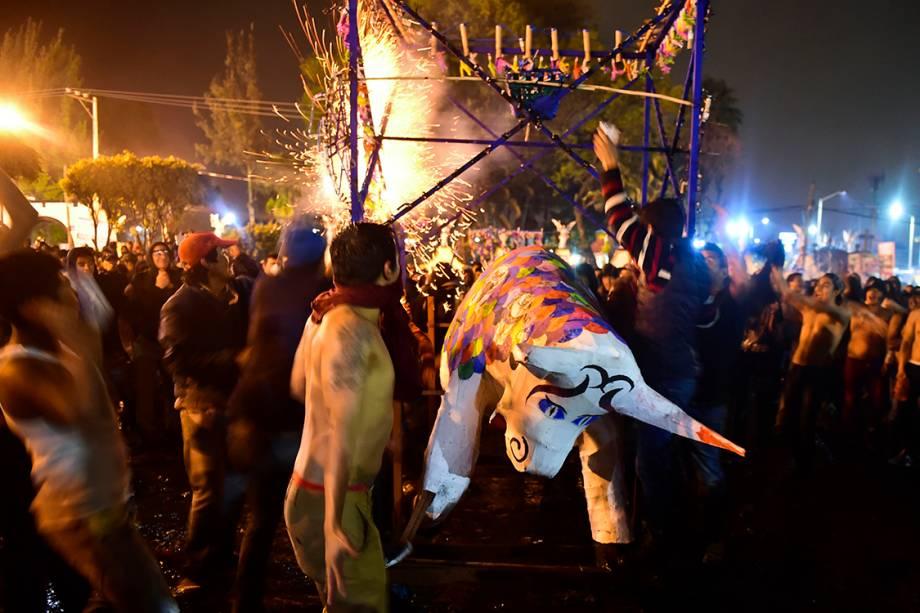 Pessoas festejam o tradicional dia de San Juan de Diós, com fogos de artifício e bonecos e formato de touros, na Cidade do México