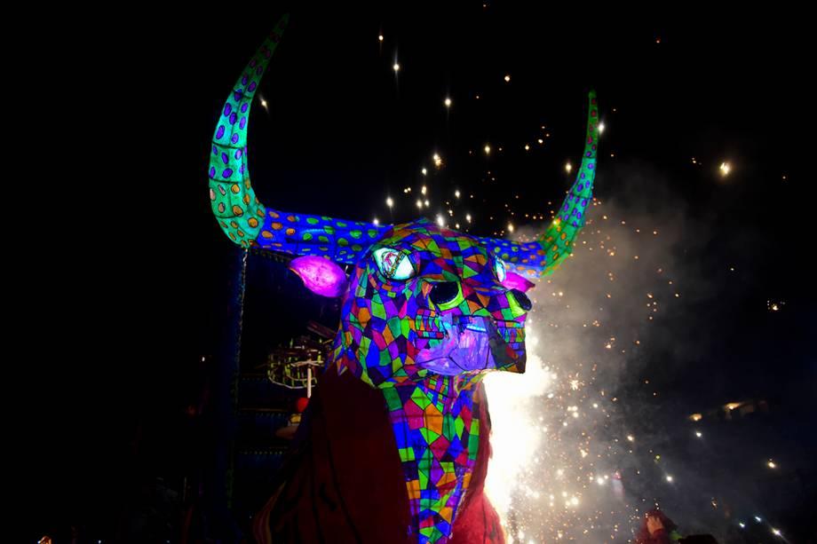 Boneco feito com papel e madeira, em formato de touro, é equipado com fogos de artifício para a comemoração do tradicional festival de San Juan de Diós, na Cidade do México
